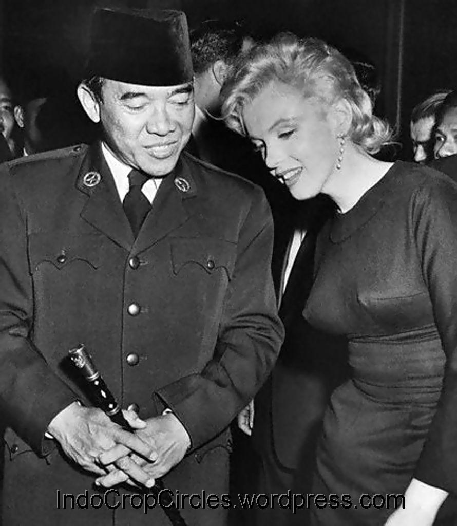 sukarno Sukarno had a habit of giving the works in his art collection marks of ownership he would order someone from the palace staff, for example an adjutant or palace painter (often dullah or gapoer), to make a notation on the back of paintings.
