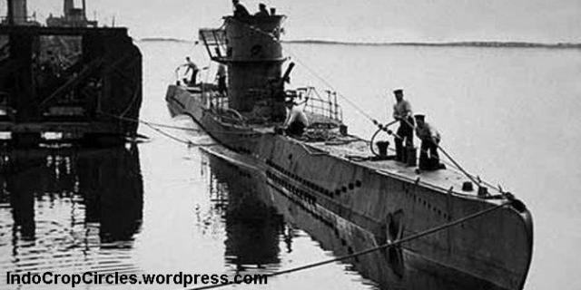 sebuah U-Boat sedang merapat di dermaga untuk mengangjut hasil alam.