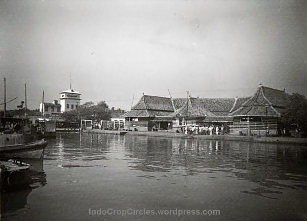 COLLECTIE_TROPENMUSEUM_De_gemeentelijke_vismarkt_bij_de_Uitkijk_Batavia_menara syahbandar jakarta
