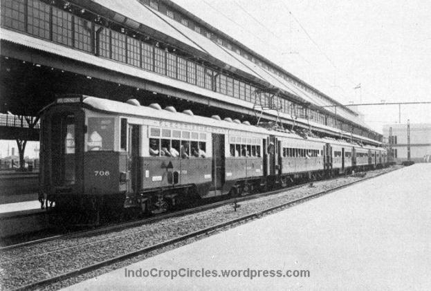 Kereta listrik pertama beroperasi 1925, menghubungkan Weltevreden dengan Tandjoeng priok