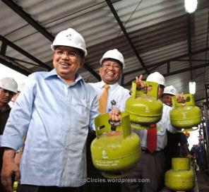 Wapres Jusuf Kalla-bersama-Direksi-Pertamina-meninjau-kesiapan-tabung-ga