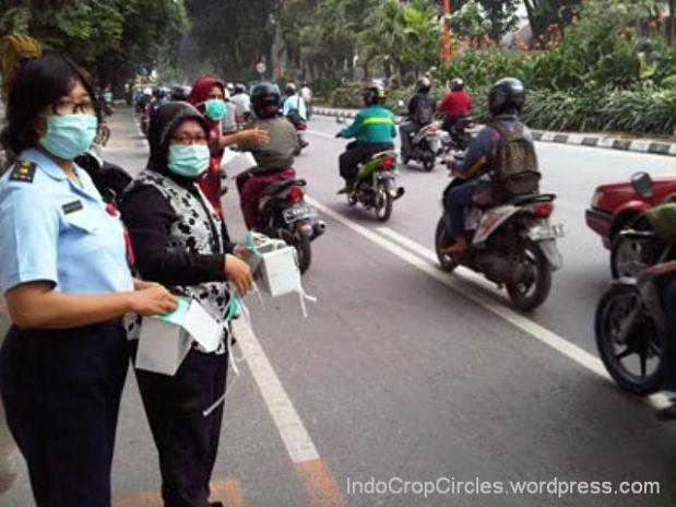 Surabaya Hujan Abu Kelud, Walikota Risma Bagikan Masker ke Warga.