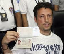 Luigi dengan pasport terbarunya