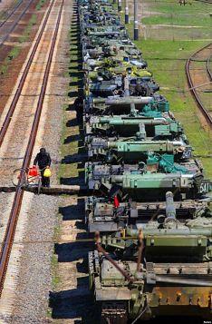 Tank-tank Ukraina di kota Gvardeiskoye, dekat Simferopol, Krimea sebelum diangkut untuk dikirim ke Ukraina setelah Krimea diambil-alih oleh Rusia.