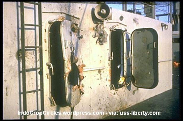 Tampak salahsatu pintu di USS Liberty yang berlobang ditembus peluru (IndoCropCircles.wordpress.com - via: uss-liberty.com)