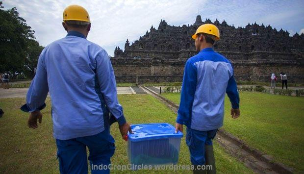 Dua orang petugas Balai Konservasi Borobudur mengangkut kepala arca Buddha yang sebelumnya hilang menuju lokasi pemasangan di Candi Borobudur, kabupaten Magelang, Jawa Tengah, (13/5). TEMPO/Suryo Wibowo