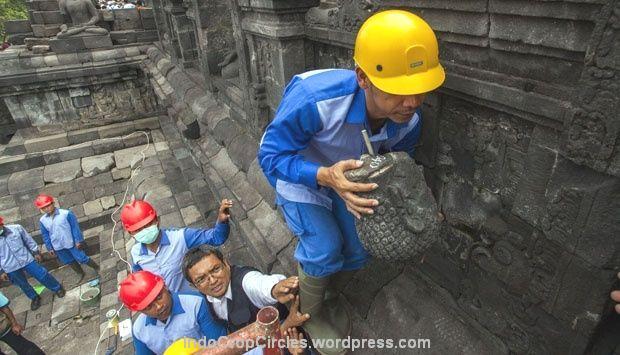 Petugas Balai Konservasi Borobudur mengangkat kepala arca Buddha yang sebelumnya telah dicuri di Candi Borobudur, Magelang, Jawa Tengah, (13/5). PTEMPO/Suryo Wibowo