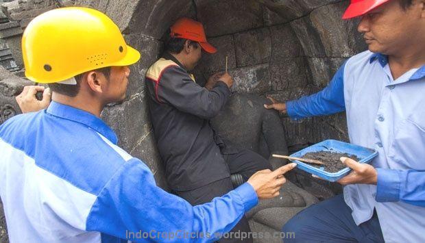 Petugas restorasi patung mengoleskan lem di bagian leher arca Buddha di Candi Borobudur, kabupaten Magelang, Jawa Tengah, (13/5). TEMPO/Suryo Wibowo