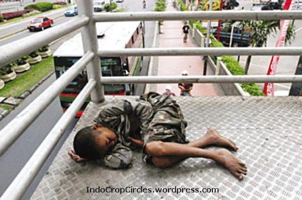 Anak jalanan slah satu gambar kemiskinan gi kota beasr seperti Jakarta yang membutuhkan dantuan sosial.