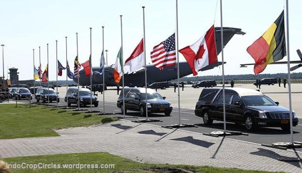 bendera setengah tiang di Eindhoven airport malaysia airlines mh-17