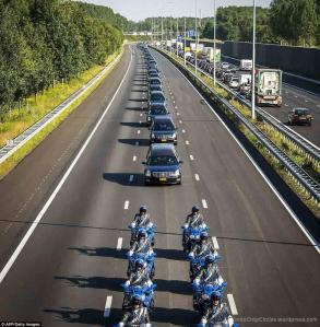 Iring-iringan mobil jenazah yang membawa peti mati korban Malaysia Airlines MH17 dari Eindhoven ke Hilversum (AFP/Getty Images)