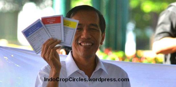 Jokowi mencoblos di TPS saat pemilu caleg 2014.