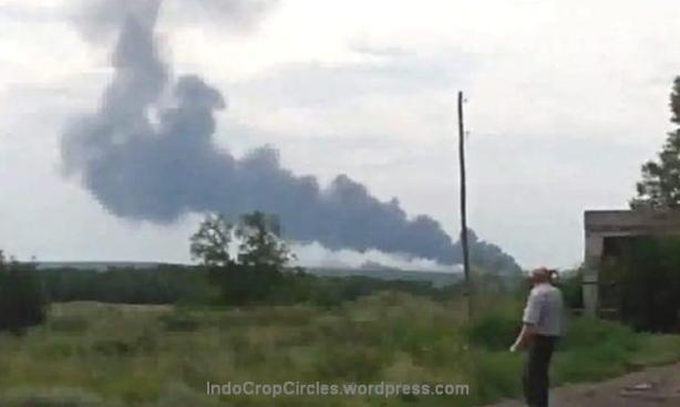 MAS MH-17 saat jatuh dan terbakar dan menghasilkan kepulan asap yang dapat dilihat dari jarak beberapa kilometer.
