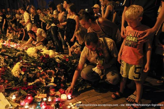 People place candles and flowers at the Dutch embassy to commemorate the victims of Malaysia Airlines MH17, which crashed in eastern Ukraine, in Kiev July 17, 2014. The Malaysia Airlines Boeing 777, flying from Amsterdam to Kuala Lumpur, was brought down in eastern Ukraine on Thursday, killing all 295 people aboard and sharply raising the stakes in a conflict between Kiev and pro-Moscow rebels. REUTERS/Valentyn Ogirenko
