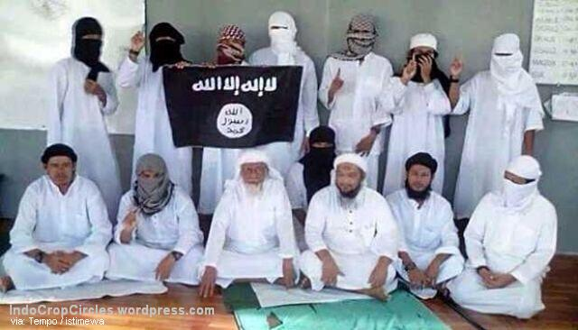 Foto yang beredar di media sosial, disebut-sebut sebagai acara baiat Abu Bakar Ba'asyir untuk mendukung ISIS di Lapas Nusakambangan. Dirjen Lembaga Pemasyarakatan sedang melakukan pengecekan dari mana asal-usul foto ini dan akan melakukan sidang tim pengamat Lapas untuk mengevaluasi kenapa ada kamera bisa masuk ke lapas Nusakambangan. Istimewa