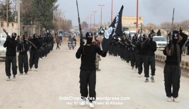 Militan ISIS berparade di kota Tel Abyad, Suriah. (REUTERS/Yaser Al-Khodor )