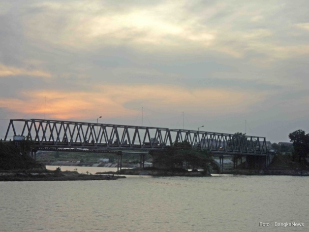 https://indocropcircles.files.wordpress.com/2014/09/3e31d-jembatan12pangkalpinang.jpg