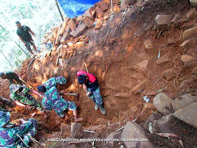 Gunung Padang dipacul TNI 01