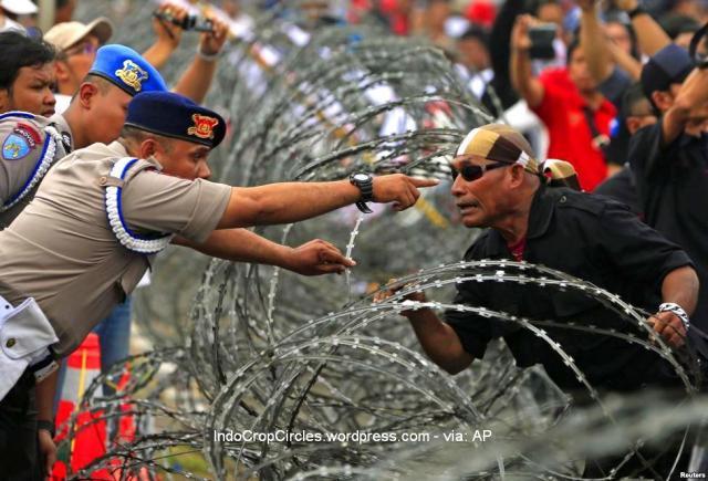 Polisi memarahi pendukung Prabowo dalam protes di gedung MK di Jakarta 20-8-2014