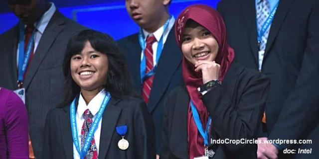 Muhtaza-Aziziya-Syafiq-tengah-dan-Anjani-Rahma-Putri-kanan-pemenang-lain-dalam-acara-penerimaan-penghargaan-Intel-ISEF-2014-di-Los-Angeles-Amerika-Serikat