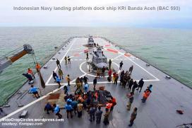 BASARNAS saat evakuasi korban Air Asia QA 8501 di atas dek kapal Indonesian Navy landing platform dock ship KRI Banda Aceh (BAC 593)