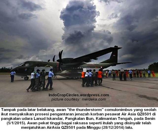 Cumulonimbus saat prosesi pengantaran jenazah korban AirAsia QZ8501 di Lanud Iskandar, Pangkalanbun, Kalimantan Tengah, Senin (5-1-15)