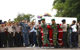Tim yang tergabung dalam BASARNAS memberikan penghormatan terakhir kepada koban pesawat Air Asia QA8501 di Pangkalan Bun, Kalimantan Selatan.
