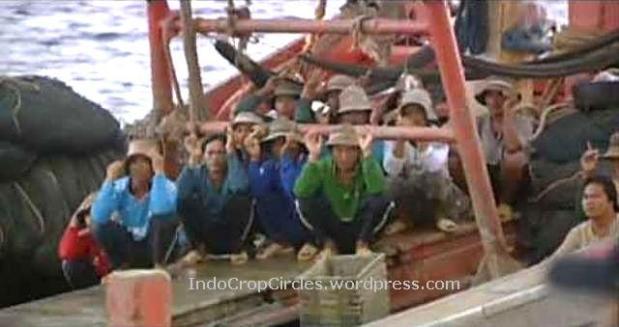 Petugas Penjaga Pantai Indonesia berpatroli dan memantau illegal fishing di Kepulauan Natuna oleh nelayan-nelayan luar negeri. (screenshot NatGeo: Indonesian Fish Wars)