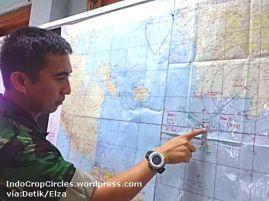 Irwanda menunjukan lokasi penemuan bayangan di peta (Foto:Elza/detikcom)