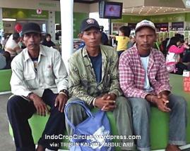 tiga-manusia-perahu bantu pancarian Air Asia 8501