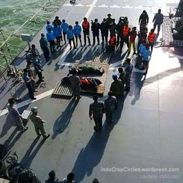 Tim Basarnas berdoa di depan jasad korban Air Asia 8501
