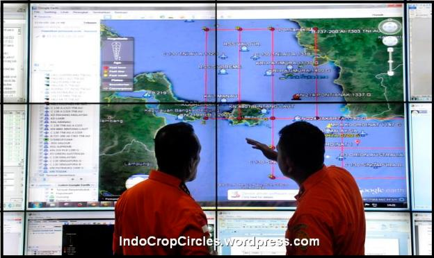 Petugas Basarnas beraktivitas di pusat komando pencarian pesawat AirAsia QZ 8501 di Kantor Basarnas, Jakarta, Senin (29/12). Beberapa negara seperti Malaysia, Australia, Singapura, Australia dan Korea Selatan turut bergabung dalam upaya pencarian pesawat AirAsia QZ 8501 yang hilang di tengah penerbangan Surabaya-Singapura pada hari Minggu 28 Desember 2014. ANTARA FOTO/Andika Wahyu/pd/14.