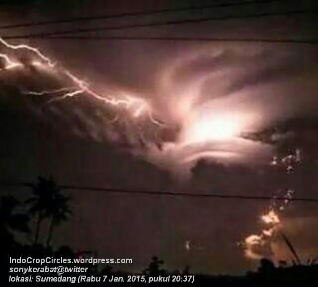 Cahaya Misterius Malam Hari Diatas Langit Sebelah Timur Kota Bandung  04