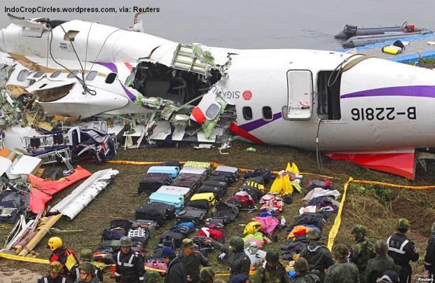 Koper-koper penumpang diletakkan di dekat reruntuhan badan pesawat TransAsia Airways nomor penerbangan GE235, setelah jatuh ke sungai di Taipei, Taiwan (Reuters)