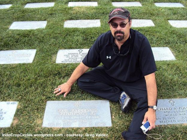 Greg Valdes anak Gabe Valdez di makam Paul Bennewitz