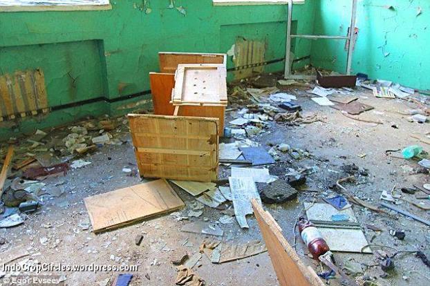 Ruangan didalam bangunan dari stasiun pemancar misterius yang sudah berantakan. (foto: Egor Evseev)
