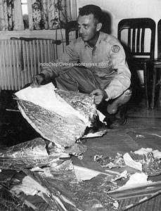 Mayor Jesse Marcel dengan puing-puing yang diyakini dari UFO, yang ditemukan 75 mil utara barat dari Roswell, New Mexico, AS pada Juni 1947 silam.
