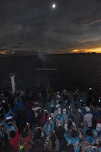 Peserta Ekspedisi Maritim Gerhana Matahari Total 2016 menyaksikan gerhana matahari total dari atas KM Kelud di perairan Belitung, Bangka Belitung (ANTARA FOTO/Hafidz Mubarak A)