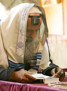 Zionis-rabi-yahudi-mengenakan-thayalisah