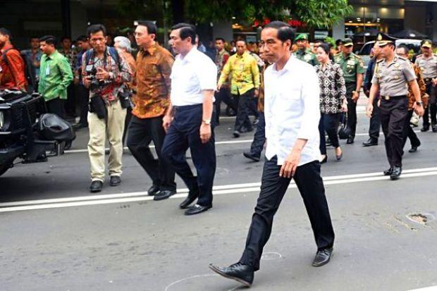 Tampak presiden Jokowi blusukan mengunjungi tempat kejadian bom jakarta