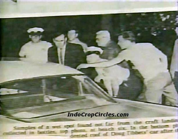 Beberapa petugas sedang menyelidiki guratan mirip cakar pada mobil yang dibawa Betty dan Doug beserta temannya.