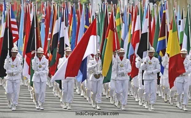Militer Indonesia memimpin parade dengan berbagai bendera dari negara-negara peserta dalam ulang tahun ke-60 Konferensi Asia-Afrika di Bandung tanggal 24 April 2015. (AFP)