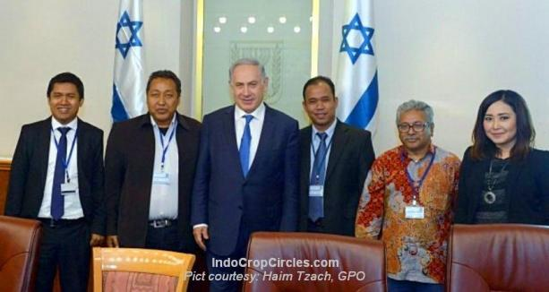 Prime Minister Benjamin Netanyahu with a visiting delegation of Indonesian journalists at the Prime Minister's Office in Jerusalem on March 28, 2016. (Haim Tzach, GPO)