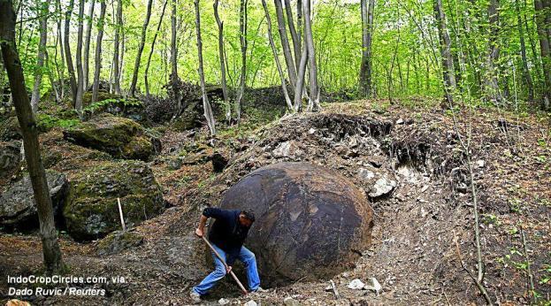 Suad Keserovic sedang membersihkan bola batu raksasa di desa Podubravlje dekat Zavidovici, Bosnia dan Herzegovina, 11 April 2016. (Pict: ©Dado Ruvic / Reuters)