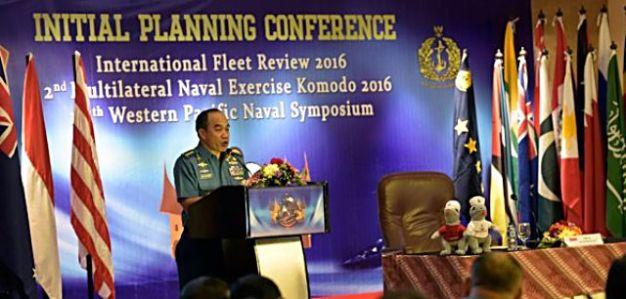"""Dokumentasi Kepala Staf TNI AL, Laksamana TNI Ade Supandi, saat memberikan pengarahan kepada para delegasi dalam pembukaan pertemuan perencanaan awal dalam rangka Latihan Bersama (Latma) Multilateral Komodo 2016, di Jakarta, Senin (15/6). Latihan Bersama Multilateral Komodo 2016 akan digelar di Padang, Sumatera Barat, dan diikuti 54 negara yang memfokuskan pada Latihan Kerjasama Operasi Pasukan Perdamaian Dunia di Laut atau """"Maritime Peace Keeping Operation"""". (ANTARA FOTO/Sigid Kurniawan)"""
