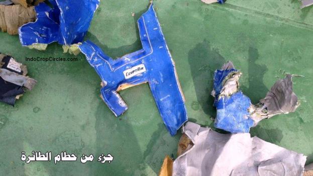 Militer Mesir pada Sabtu (21/5) merilis sejumlah foto puing pesawat EgyptAir MS804 yang ditemukan di kawasan Laut Mediterania. Operasi pencarian dan penyelamatan dilakukan di perairan itu sejak pesawat yang membawa 66 penumpang dan awak itu dinyatakan hilang pada Kamis (19/5) pagi. (Reuters/Egyptian Military/Handout)