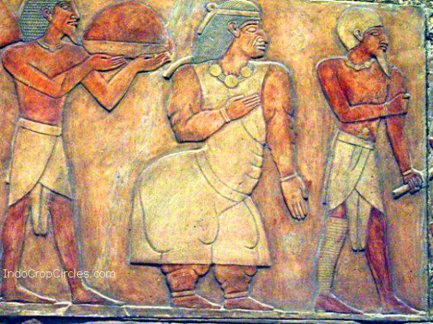 Istri penguasa Punt (tengah, menggunakan ikat kepala) dari monumen Deir el-Bahri.