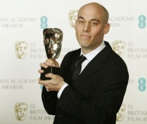 Sutradara Joshua Oppenheimer, pembuat film The Act of Killing (Jagal) dan The Look of Silence (Senyap ) saat menerima Penghargaan Bafta Inggris – Reuters