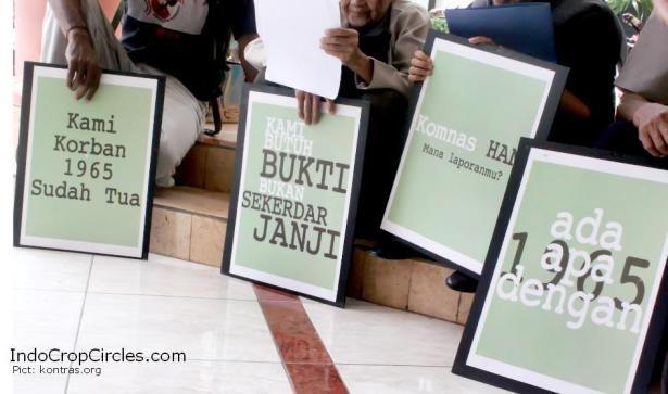 Foto Cover-Para korban memegang poster-poster berisi tuntutan untuk mengungkap kasus 1965 saat melakukan aksi di Komnas HAM pada 2011. (pict: kontras.org)