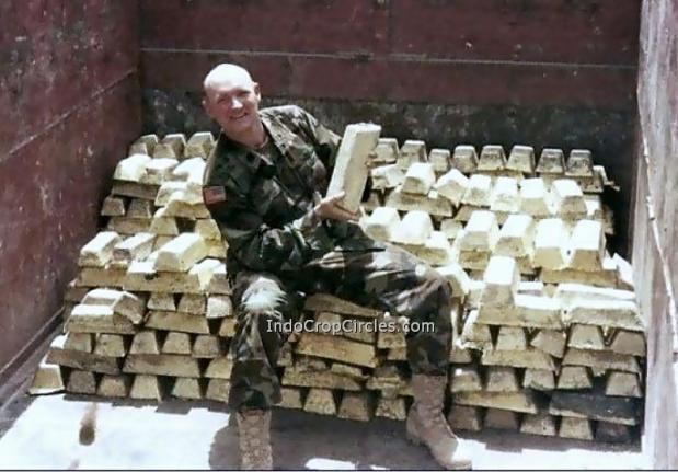 Seorang tentara AS sedang duduk diatas cetakan Lithium. Banyak media menyangka cetakan in adalah emas yang sebenarnya adalah Lithium dari hasil penambangan di Afghanistan.